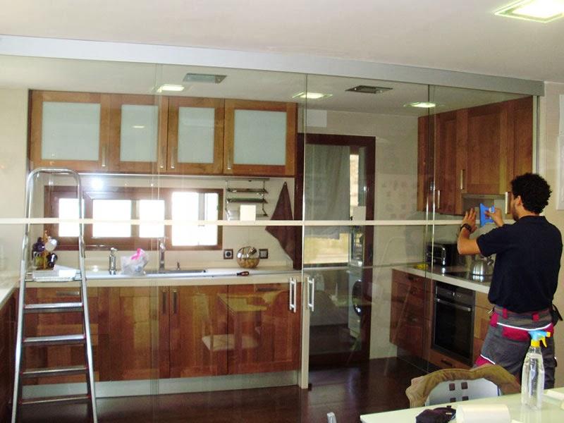 Twc trucos para el espacio de una cocina for Puertas correderas de cocina