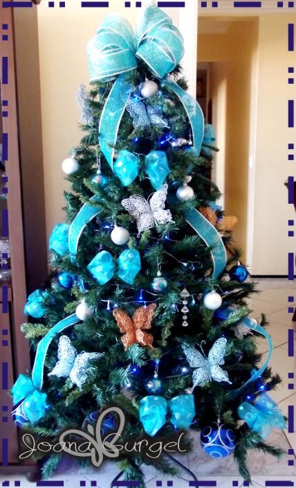 decoracao de arvore de natal azul e dourado : decoracao de arvore de natal azul e dourado:detalhe das borboletas dá um toque bem bacana na árvore)