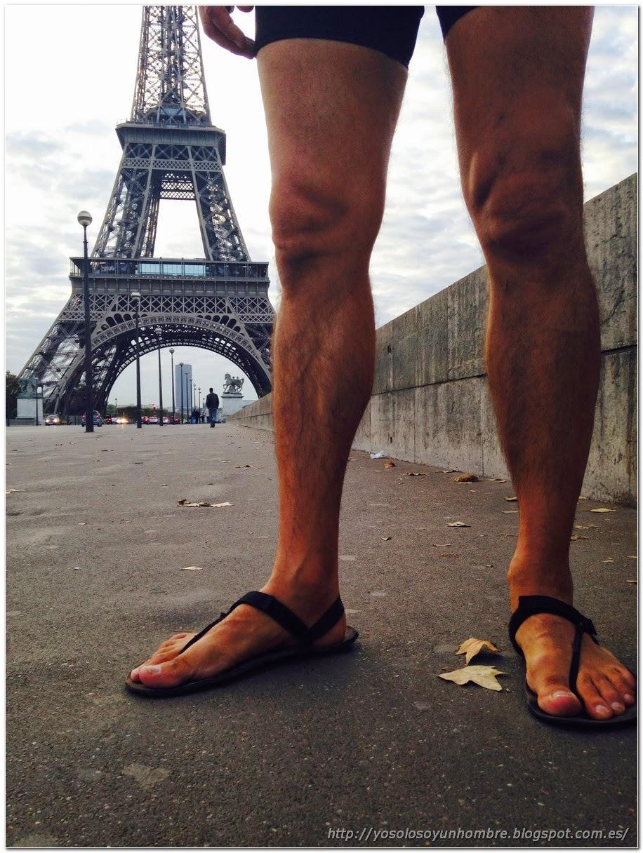 El homo runner sandalius en la torre Eiffel