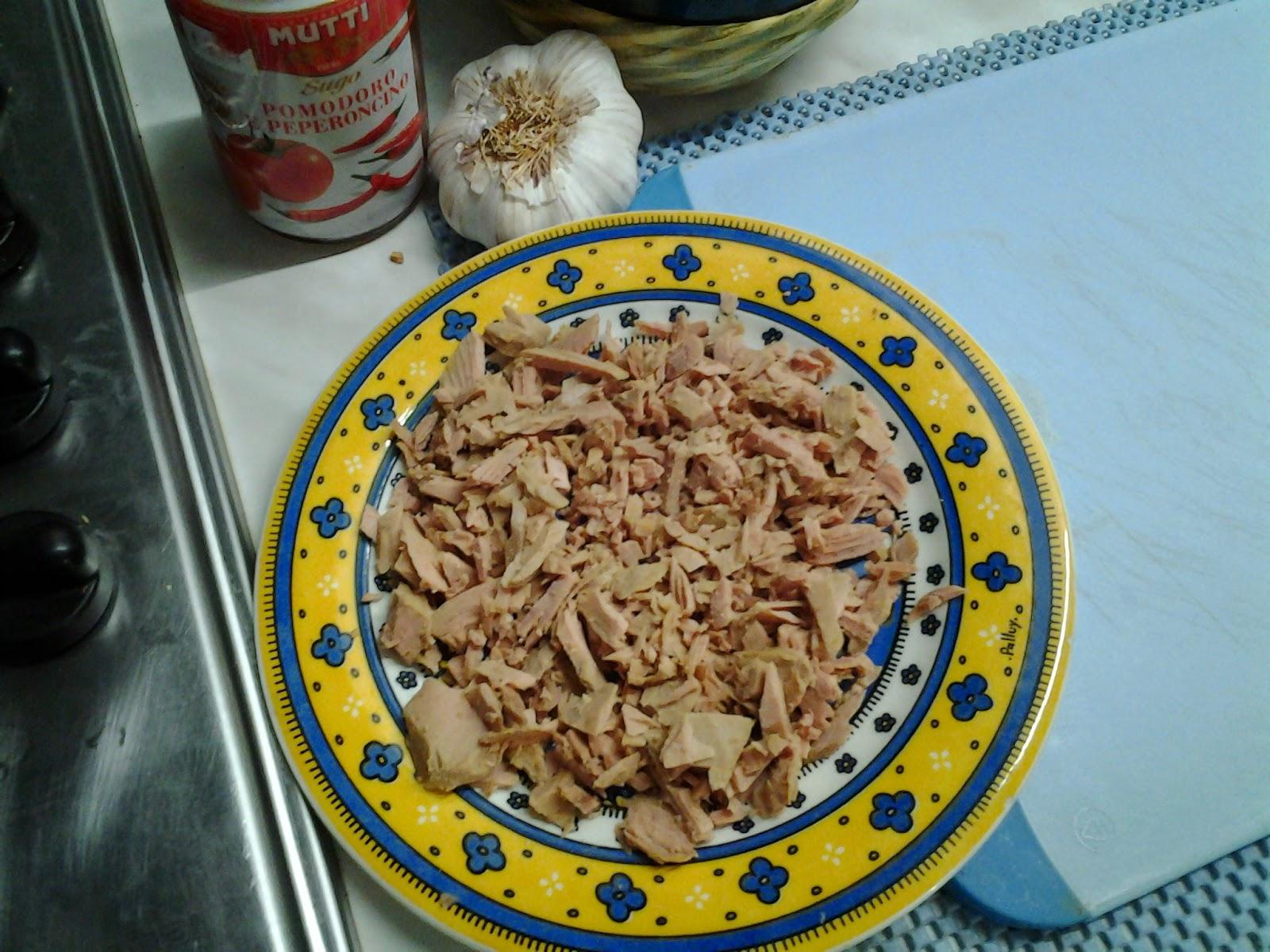 senza anima a pezzetti con olio evo appena insaporito mettere subito il tonno spezzettato far insaporire ed aggiungere passata di pomodoro che ricopra