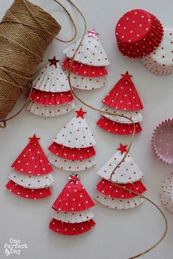 Guirlanda de Natal feita com forminhas de papel