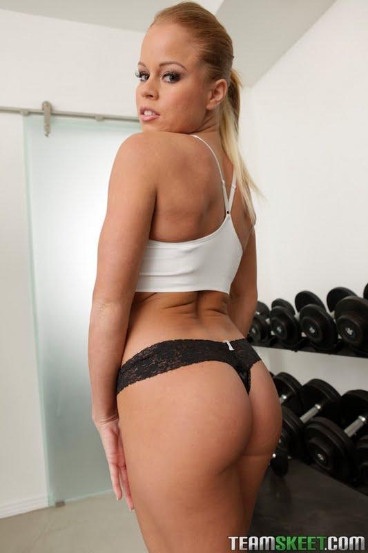 Блондинистая красавица Nikki Delano трусит своими большими ягодицами