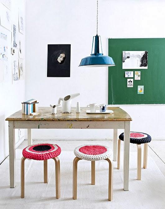 Mesa+pintada+y+lampara+industrial