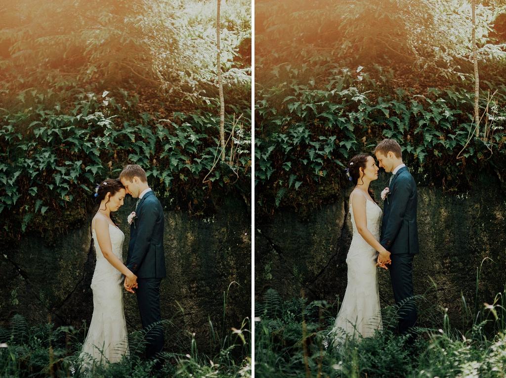 Stämningsfullt och intimt bröllopsfoto framför klippa