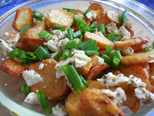 cartofi prajiti cu branza de capra, usturoi si ceapa verde