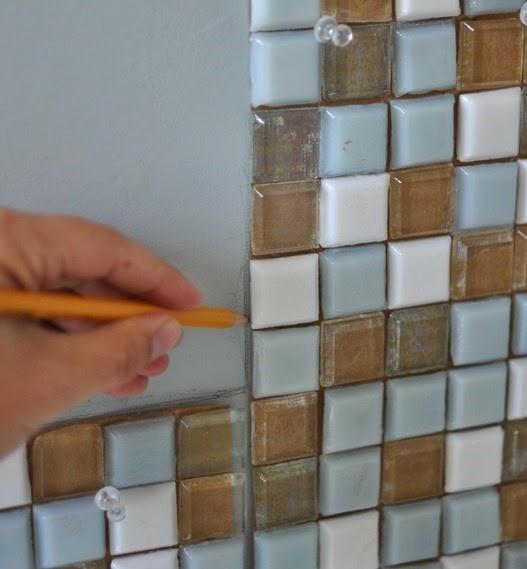 Diy espejo mosaico para cuarto de ba o cocochicdeco for Como hacer un espejo con marco de madera