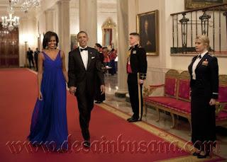 Barack Obama dan Michelle Obama berjalan di Gedung Putih