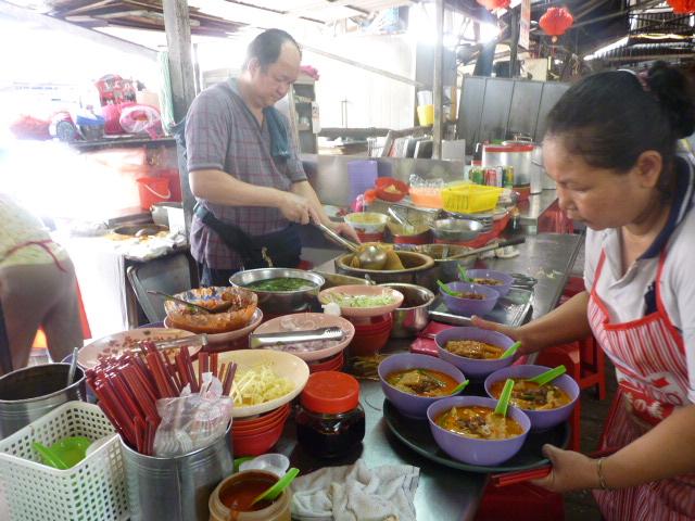 Venta de comidas en el mercado interno de Jalan Petaling