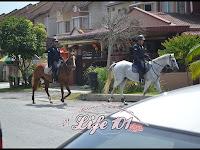 Melihat Bontot Kuda Polis