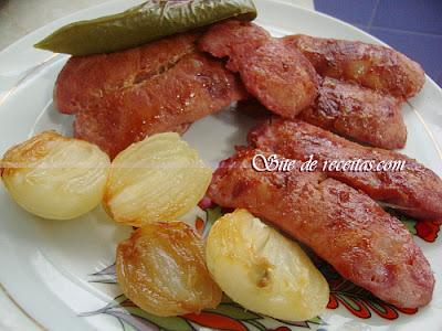 Linguiça de forno com cebola e pimentão