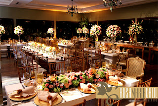 mesas clean, cadeiras luis xv douradas, arranjos florais, sousplat, porta guardanapos