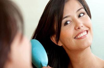 3 خطوات سريعة لإنعاش رائحة شعرك - تصفيف الشعر - امراة تصفف شعرها