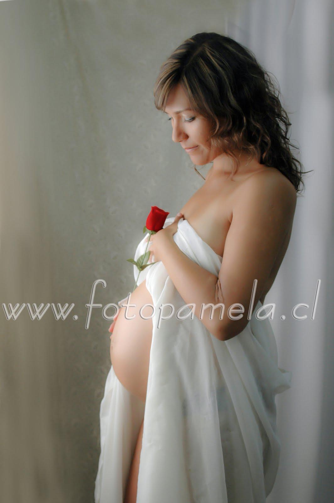 foto artistica embarazad tela blanca rosa roja luz natural