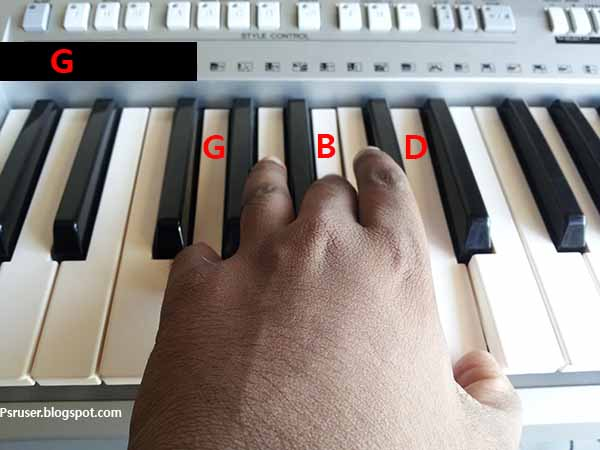 play G major chord on keyboard