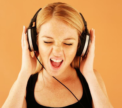 http://1.bp.blogspot.com/-xz3i-b8N56o/T-7-oQqcMTI/AAAAAAAADLo/vU0ULUtGIZY/s1600/ouvindo+musica+fone+de+ouvido+menina+ouvindo+musica+ouvindo+musica+online.jpg