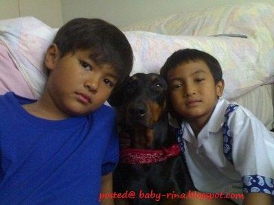 Anak-anak Fauziah Latif (Gee) posing bersama anjing Rottweiler