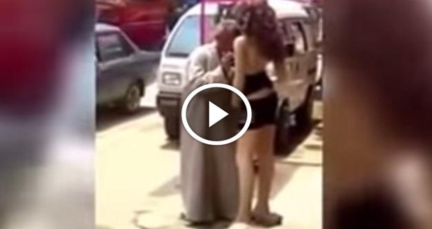 [VIDEO] Lelaki Berjubah Kantoi Tak Tahan Tengok Patung Di Tepi Jalan