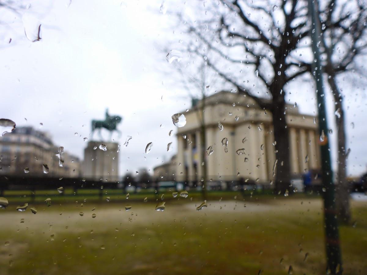 Durch eine Glasscheibe mit Regentropfen hindurch gesehen ...