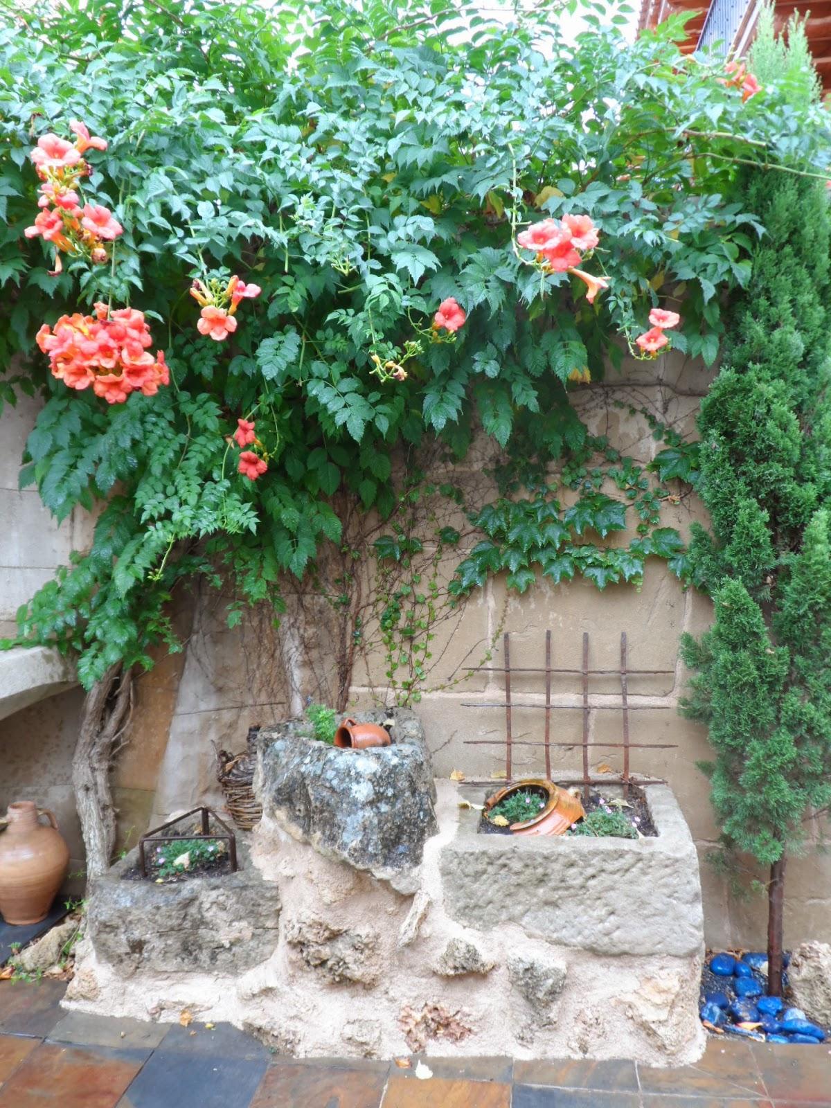 Marzo 2014 estecha reproducciones for Paredes de jardin decoradas