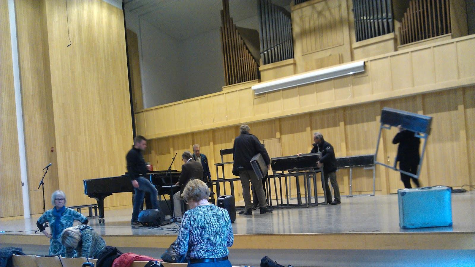 Basar och tenorer bygger ihop körpallarna på scenen i Konserthallen, Stålforsskolan i Eskilstuna. Foto: Karin Lönnå
