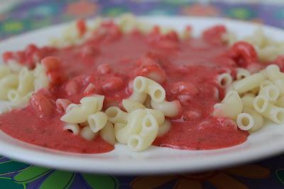 Makaron z sosem truskawkowym - Dzień Dziecka