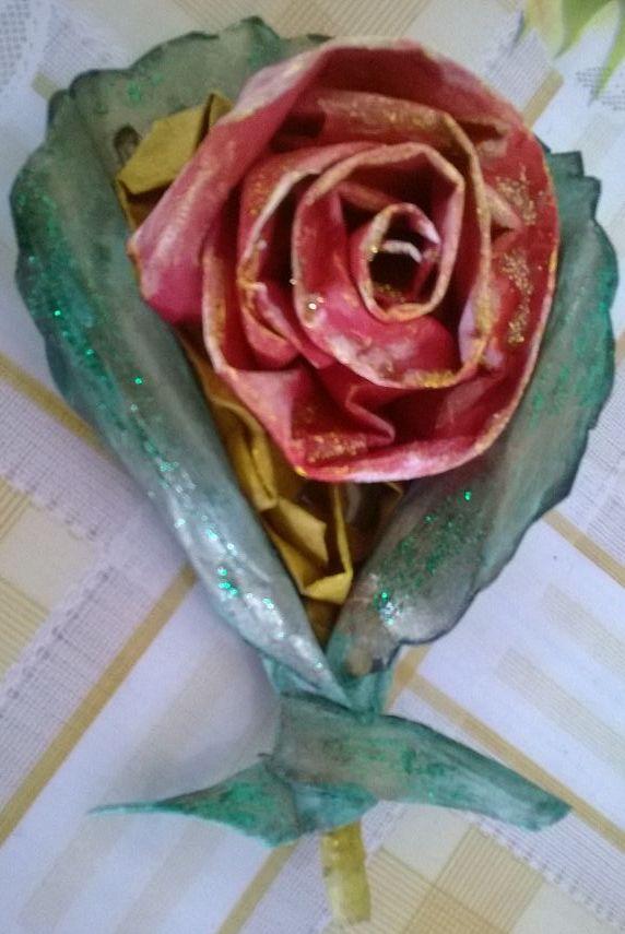 rosa di cartapesta