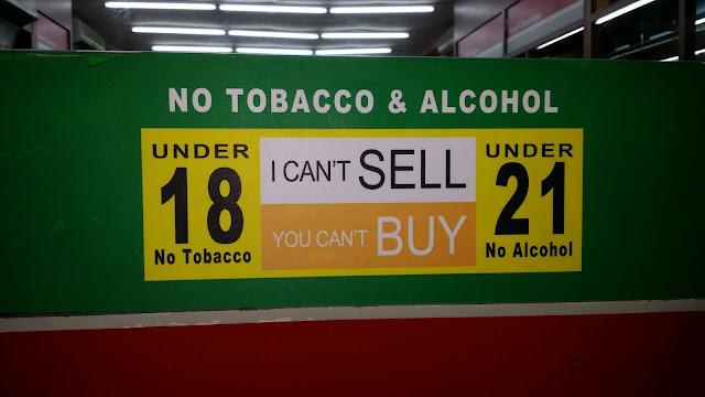 Cartel de prohibiciones de venta de tabaco y alcohol a menores en Bali