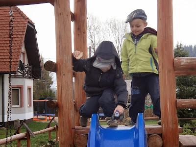 Lipnica Wielka, podwórko, dzieci, zabawa, trampolina