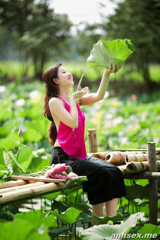 Girl xinh với áo yếm xưa bên hồ sen Phấn 1 15