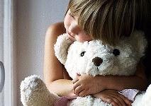 Bambina abbraccia orsacchiotto