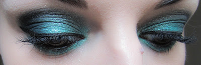 http://chroniquedunemakeupaddict.blogspot.com/2012/04/make-up-avec-la-palette-hyperreal-green.html