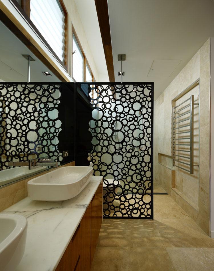 una buena solucin que al igual que la primera propuesta permite separar dos ambientes sin perder por completo el contacto visual entre los dos espacios