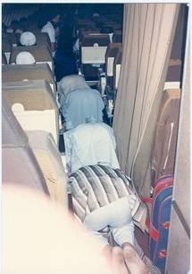 Shalat di dalam pesawat,, tempatnya sempit.