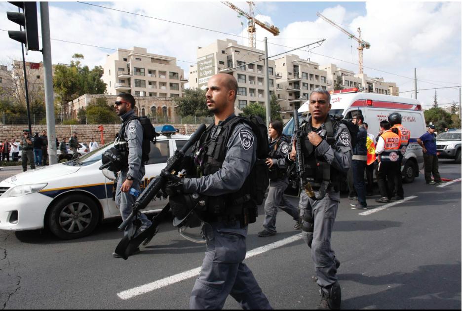 """תמונת היום: שוטרי מג""""ב בזירת הפיגוע בירושלים היום (צילום: רויטרס)"""