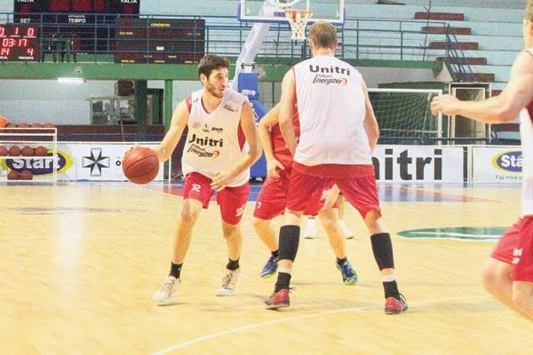 Zanini treino basquete Uberlândia contra Franca