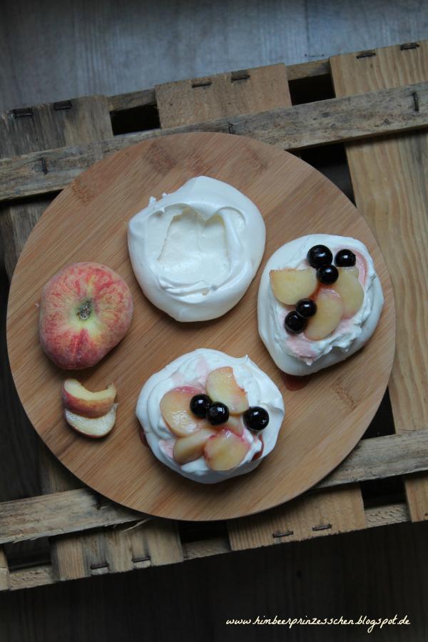 pavlova pawlowa himbeerprinzesschen blaubeeren plattpfirsiche baiser foodblog sahne