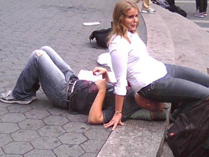 девушки сидят на лицах парней фото