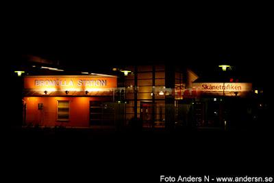bromölla station, järnvägsstation, natt, kväll, foto anders n