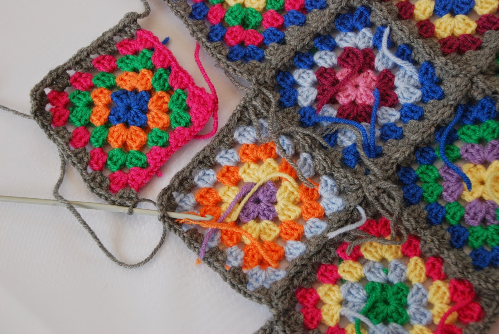 Granny square pattern tutorial: image of attaching squares