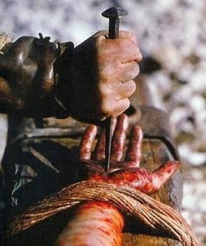 Mao de jesus sendo pregada na cruz