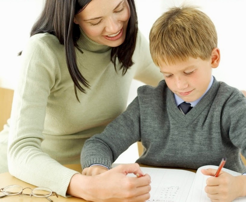 mae e filho estudando