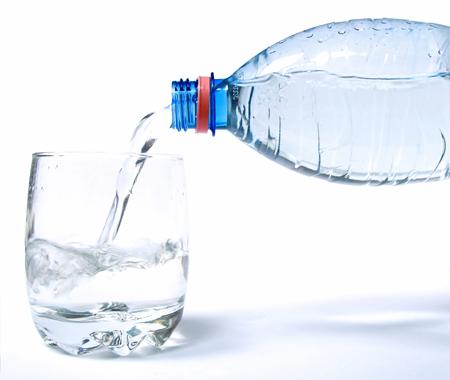 Пийте вода за плосък корем