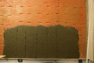нанесение плиточного клея гребенчатым шпателем