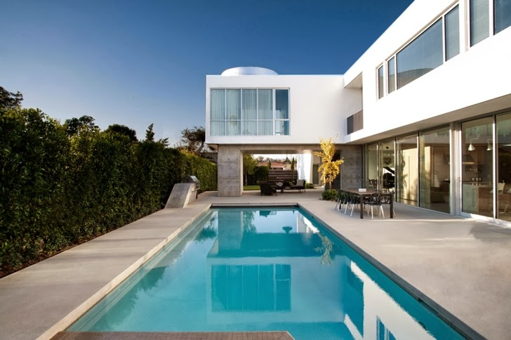 Swimming pool of Luxury modern family home in Venice, California