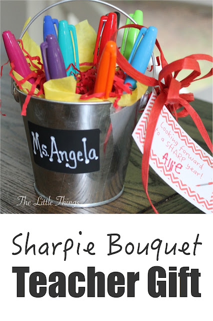 The Little Things: Back to School Teacher gift - Sharpie Bouquet.  Free printable