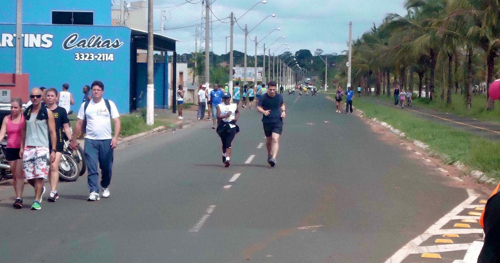 Foto 184 da 1ª Corrida Av. dos Coqueiros em Barretos-SP 14/04/2013 – Atletas cruzando a linha de chegada