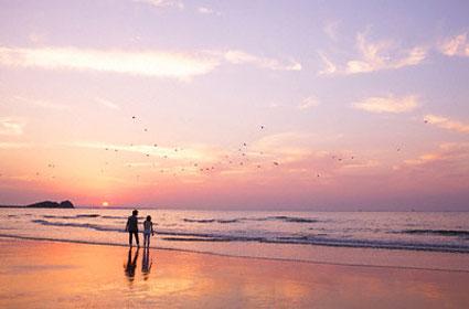 Cùng người yêu đi bộ biển