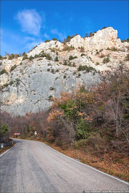 Очень люблю ездить здесь зимой. Невероятные краски на фактурном сером фоне скал...