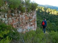 """L'angle nord-occidental arrodonit de la muralla, on podem apreciar la existència d'un""""opus spicatum"""" molt rudimentari"""