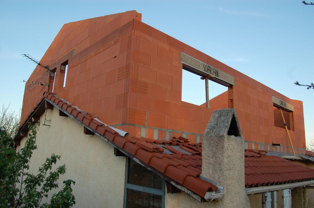 Agrandissement d 39 une maison par le haut 13 me jour les for Agrandissement maison par le haut